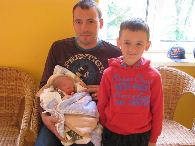 David Pumpr se narodil 28. května 2014 ve 2 hodiny a 3 minuty Janě a Přemyslovi Pumprovým z Domanína. Na snímku s tatínkem a bráškou Adamem.