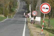 PRALES ZNAČEK, na jehož konci je zúžená vozovka, se nachází na silnici z Jindřichova Hradce na Deštnou před odbočkou na Drahýšku. Do konce roku by měl být propustek opravený.