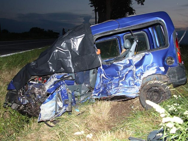 Tragická nehoda za Třeboní u Dvorců. Řidič renautlu bohužel, násleky střetu nepřežil.