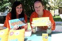 AKCE CIHLA. Šárka Valentová a Jana Rasochová prodávají u jindřichohradeckého zámku cihličky šamotové, mýdlové i plyšové. Koupí můžete přispět na podporu zaměstnávání dospělých lidí s mentálním postižením v chráněné dílně v Plasné.