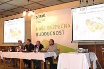 Diskuse k geologickému průzkumu ohledně úložiště radioaktivního odpadu v Pluhově Žďáru.