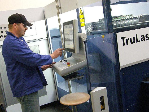 Ve firmě PHT Service v Jindřichově Hradci se zabývají zpracováváním kovů. Na snímku je moderní laser a dělení plechu.