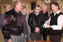 PO PŘEDNÁŠCE. Karel Ludvík (vpravo) při diskusi se zájemci o pyrotechnické zajímavosti představené na malé výstavce během přednášky.