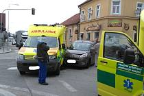 Na světelné křižovatce u Kůrků se srazila sanita s osobním autem.