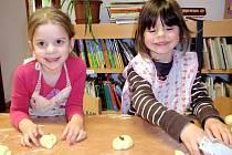 V lomnické knihovně si děti mohly zkusit, jak se pečou jidáše.
