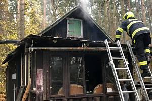 Požár chatu u rybníku Dvořiště na Lomnicku.