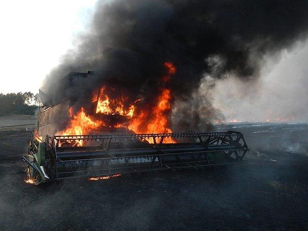 Požár kombajnu na poli u Políkna.