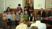Při vítání občánků v Zahrádkách vystoupily děti z mateřské školy s pásmem básniček a písniček.