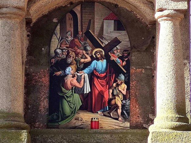 Křížová cesta ke kostelu svatého Jakuba vJindřichově Hradci. Veronika podává Pánu Ježíši roušku.
