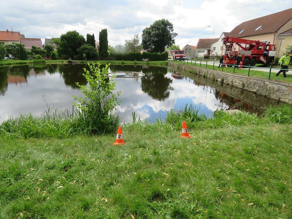 V Budíškovicích na Dačicku nacouvalo auto do rybníka. Řidič měl velké štěstí. Zachránce ho včas dostal ven.