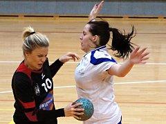 Barbora Eliášová (vlevo) nastřílela do sítě Astry osm gólů.