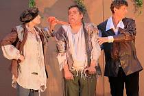 Představení hry Carla Goldoniho Sluha dvou pánů pod režií Josefa Nechutného se těšilo velkému zájmu diváků. Na nádvoří jindřichohradeckého zámku si zahráli společně místní ochotníci a herci z Plzně.