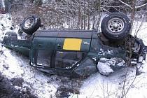 Střet auta s vlakem na přejezdu úzkokolejky v lese mezi Dolní Radouní a Horním Skrýchovem.