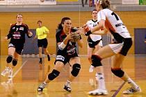 Spojka Karolína Urbanová (uprostřed s míčem) se rozhodla pokračovat v hráčské kariéře a v nadcházející interligové sezoně bude důležitým článkem sestavy jindřichohradeckých házenkářek.