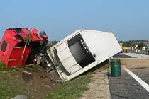 O štěstí může hovořit řidič kamionu, který  dnes havaroval u Stráže nad Nežárkou. Řidiče zřejmě přepadl mikrospánek a vjel na dokončovaný obchvat.