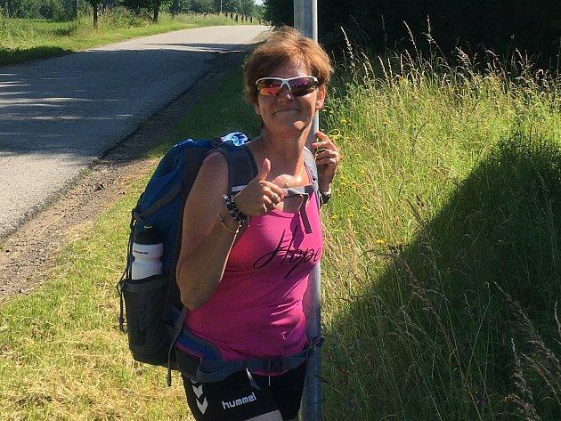 Martina Šlincová před dvěma lety onemocněla rakovinou prsu. Ve svých 46letech absolvovala celkovou onkologickou léčbou, chemoterapie, ozařování a přišla ovlasy. Nyní se vydala na symbolickou cestu do 230kilometrů vzdáleného Velehradu, chce tak dodat od