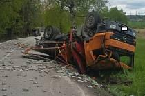 U Člunku havaroval nákladní automobil. Převrátil se do příkopu.
