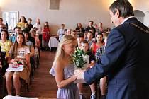 V refektáři muzea fotografie jindřichohradecký starosta Stanislav Mrvka ocenil  nadané žáky ze všech šesti hradeckých základních škol.