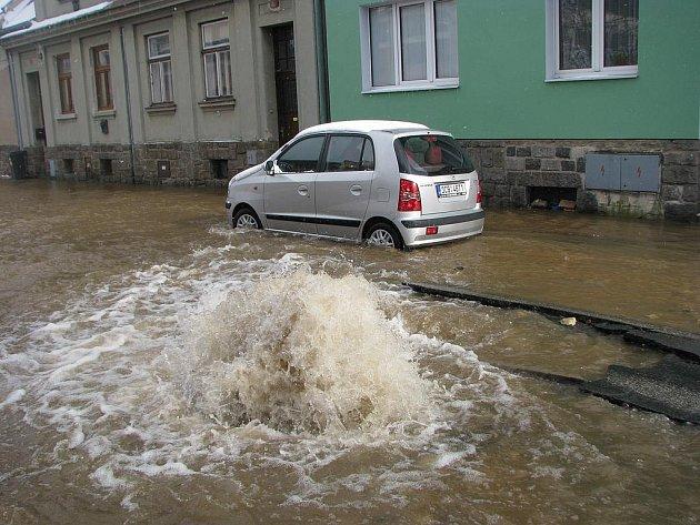 Havárie vody na Staré cestě v Jindřichově Hradci