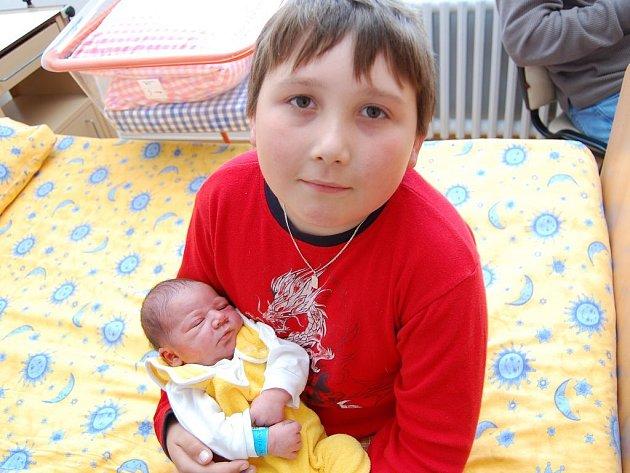 Daniel Machek z Pluhova Žďáru, 27. dubna 2009, 3440 gramů, 48 centimetrů Na snímku s bratrem Filipem.