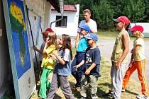 Do tábora jindřichohradeckého domu dětí a mládeže Tokániště u Rapšachu jezdí každoročně mnoho dětí. Letošním tématem tamní celotáborové hry je cestování Zikmunda a Hanzelky po Africe (na snímku).