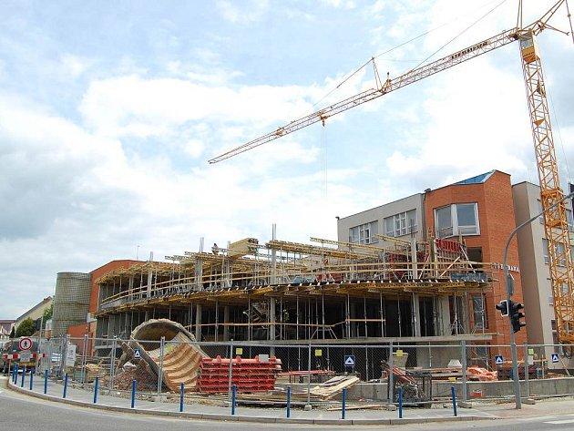 Přístavba fakulty managementu v Jindřichově Hradci pokračuje.
