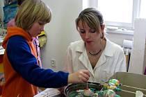 Malování kraslic patří k velikonočním tradicím. Také v jindřichohradeckém domě dětí se čarovalo s barvami.