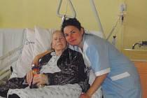 Největší odměnou vždy byli pro zdravotní sestru Markétu Mervardovou spokojení pacienti. Pacientka na snímku ji prý oslovovala Panenko.