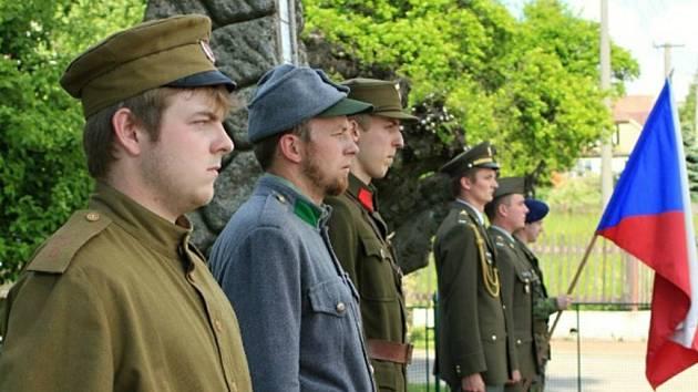 POMNÍKY OBĚTEM válek se snaží obce udržovat. V Jilmu se v roce 2011 pomník rekonstruoval a slavnostně představil veřejnosti.