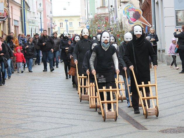 Hrkači v maskách společně s krojovou družinou doprovázeli strom s kraslicemi na jeho cestě na náměstí Míru.