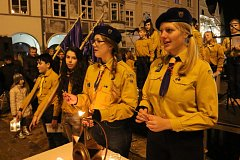 Na náměstí Míru v Hradci se jako obvykle rozdávalo betlémské světlo den před Štědrým dnem.