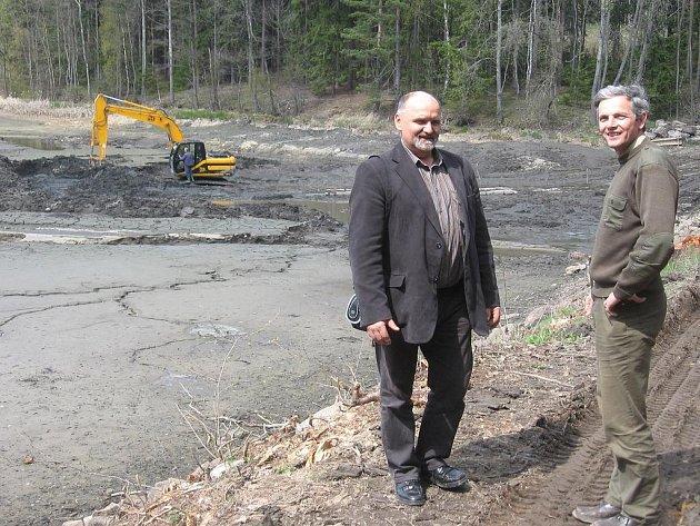 Snímek zachycuje kontrolní den u rybníku Protržený, kde byl starosta Slavonic Luboš Kryzan (vlevo) a Karel Šubrt z Rybářství Jindřichův Hradec.