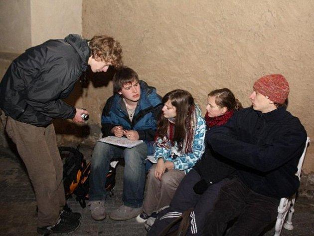 Účastníci soutěže hledali indicie, které je vedly k cíli. Hra je náročná, ale mezi mládeží se stala velmi oblíbenou.