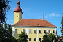 Oprava střechy zámku ve Stráži nad Nežárkou. Pohled na část střechy, odkud již volská oka zmizela.