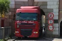 Ve čtvrtek 13. 6. po poledni kamion uvízl v Hradecké bráně v centru Třeboně.