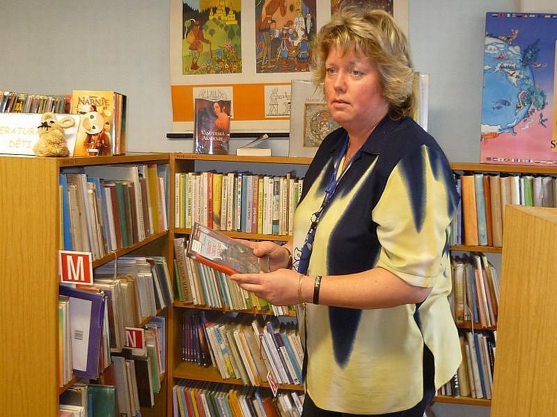 PŮJČOVÁNÍ KNIH. Kardašovořečická knihovnice Jitka Vondrová (na snímku) si nové prostory po přestěhování knihovny nemůže vynachválit.