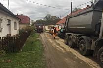 V Klikově pokračují dokončovací práce na výstavbě kanalizace.