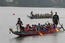 Závody dračích lodí na Vajgaru.