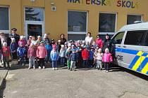 Policisté v mateřské škole v Röschově ulici v Hradci.