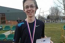 Atlet Dominik Gysel z TJ Nová Včelnice je mistrem republiky ve skoku o tyči.