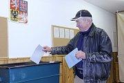 V Deštné se hned v úvodu prvního volebního dne vystřídala celá řada voličů.