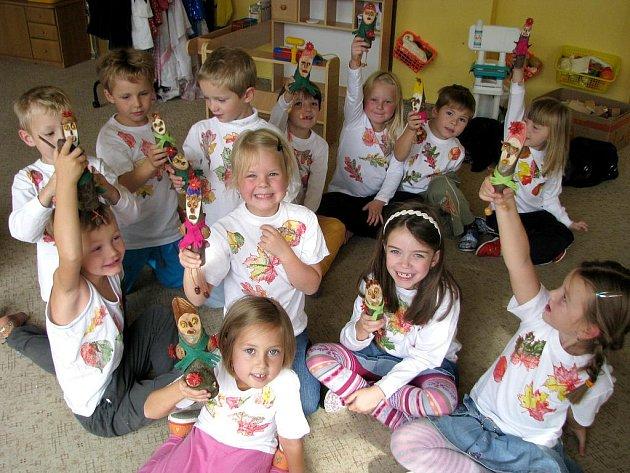 Děti ze 4. mateřské školy v Jindřichově Hradci si vyrobily podzimní skřítky a trička.