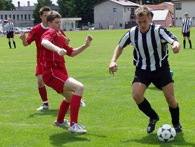 Útočník Dačic Jaroslav Cech (vpravo) přispěl dvěma góly k vítězství svého celku v posledním utkání fotbalové I. A třídy nad Malšice 4:0.