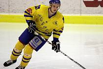Obránce Jakub Vejvar se už zabydlel v sestavě  jindřichohradeckých hokejistů.  20letý kmenový hráč Komety Brno s parametry bijce (196cm/105 kg), který ale s hokejem začínal právě ve Vajgaru, má ve žlutomodrém dresu zatím vyřízeno hostování do konce sezony