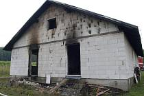 Pohled na rozestavěný dům v Jindřichově Hradci u výpadovky na Novou Bystřici, který v noci zachvátil požár.