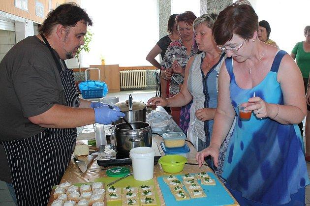 V jídelně 5. základní školy se kuchařky z hradeckých základek seznámily s bezlepkovým vařením.