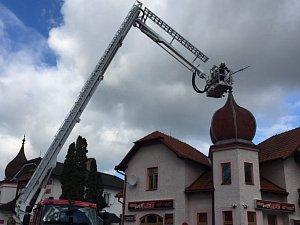 Vichr poškodil věžičku v Českých Velenicích