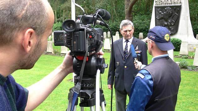 Ze hřbitova v Brookwoodu při natáčení rozhovoru  jsou zprava Dan Branda, podplukovník Arnošt Polák a za kamerou Aleš Hazuka.