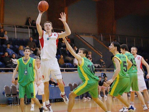 Basketbalisté z J. Hradce přivítají ve čtvrtfinále první ligy Zlín. Na snímku Sismilch, vlevo vzadu jeho střeleckému pokusu přihlíží Ondrej Procházka.