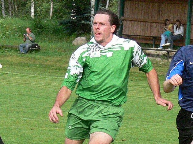 Útočník Vlastimil Čurda pomohl Novosedlům dvěma góly k výhře v derby s Chlumem.